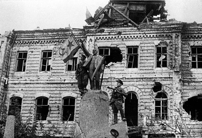 Новороссийск. Знамя Военно-Морского Флота СССР водружается на здании морского порта, 1943 год