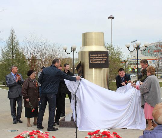 Генеральный директор УГМК Андрей Козицын (слева на первом плане) и председатель правительства Свердловской области Денис Паслер (справа) на торжественном открытии памятника