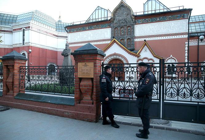 5 мая следователи провели обыск в Третьяковской галерее по делу о контрабанде культурных ценностей. По данным СМИ, следствие заинтересовалось работой экспертов из галереи, оценивавших произведения искусства