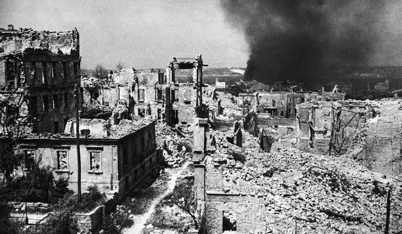 Севастополь. Исторического музея на улицах Ленина и Карла Маркса, разрушенных немецкой армией, 1944 г