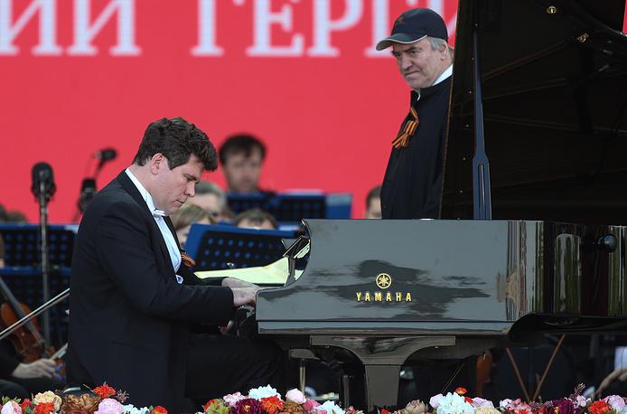 Пианист Денис Мацуев и директор Мариинского театра, дирижер Валерий Гергиев во время благотворительного концерта для ветеранов Великой Отечественной войны в рамках XII Московского Пасхального фестиваля на Поклонной горе
