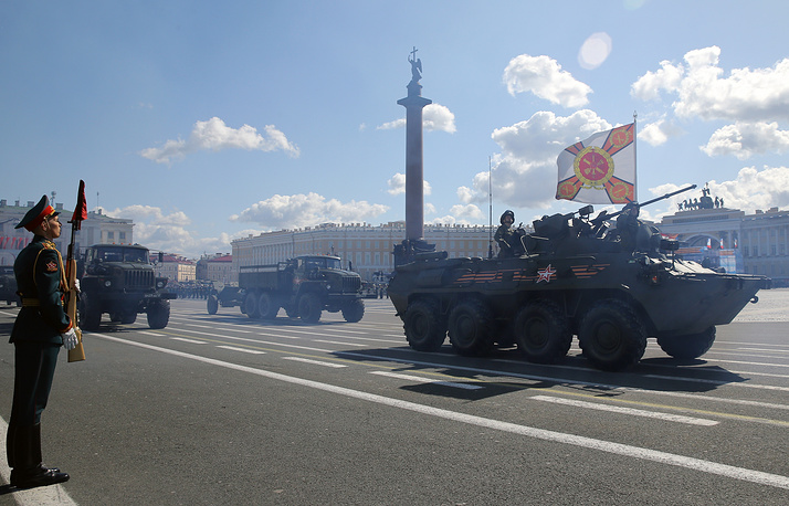 БТР-82А во время военного парада на Дворцовой площади в Санкт-Петербурге