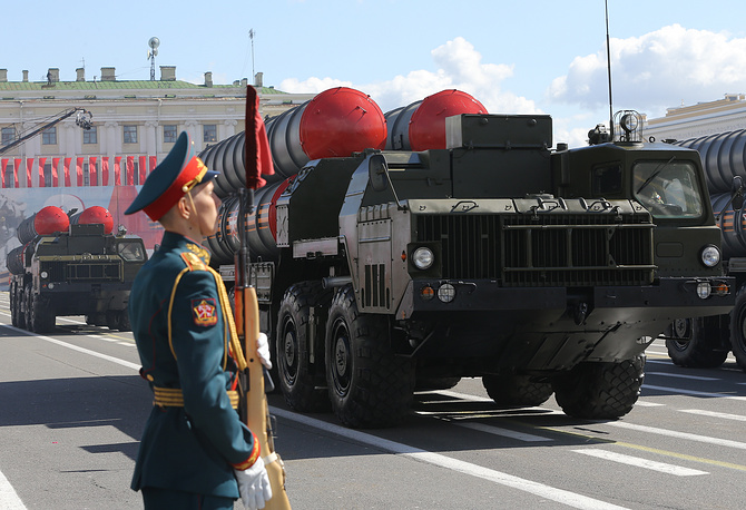 Зенитная ракетная система С-400 во время военного парада на Дворцовой площади в Санкт-Петербурге