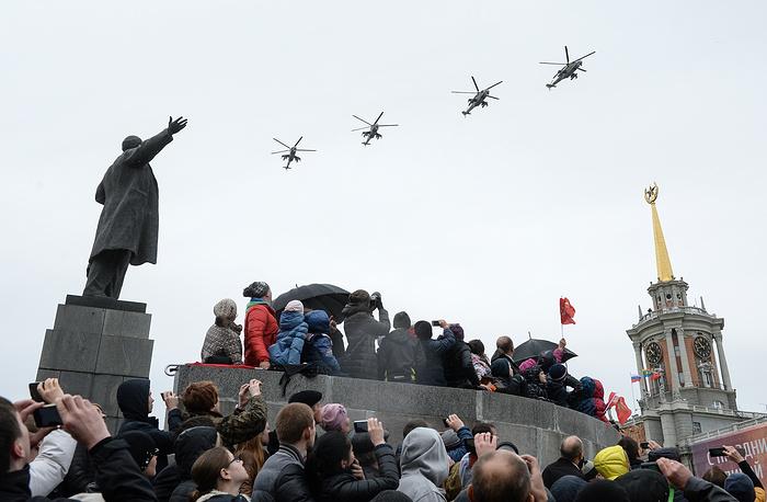 Вертолеты Ми-24 во время военного парада в Екатеринбурге