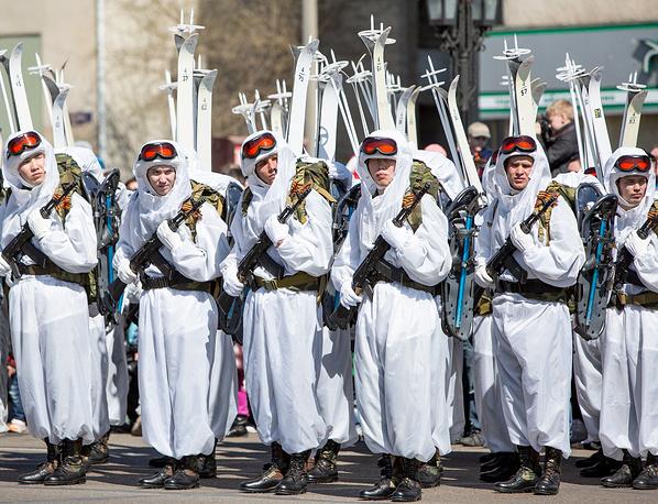 Учащиеся Дальневосточного высшего общевойскового командного училища во время военного парада в Новосибирске
