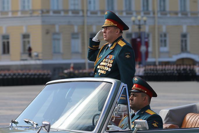 Главнокомандующий ЗВО Анатолий Сидоров во время военного парада на Дворцовой площади