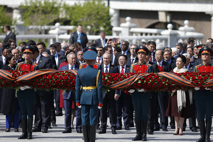 9 мая после торжественного Парада в честь 70-летия Победы мировые политики и лидеры иностранных государств возложили венки к Могиле Неизвестного Солдата