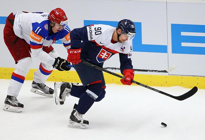 Нападающий сборной России Евгений Малкин и Словакии Томаш Татар (слева направо)