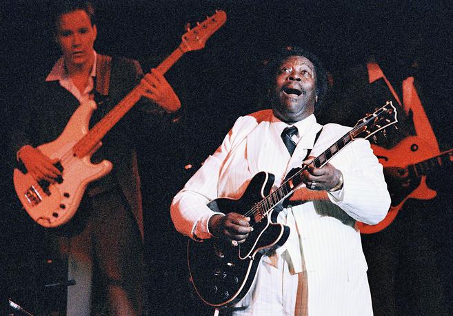 Джазовый музыкант Би Би Кинг на сцене Avery Fisher Hall в Нью-Йорке, 1986 год