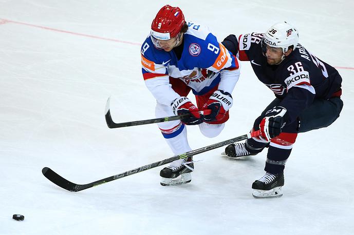 Форвард сборной России Артемий Панарин против американского нападающего Марка Аркобелло