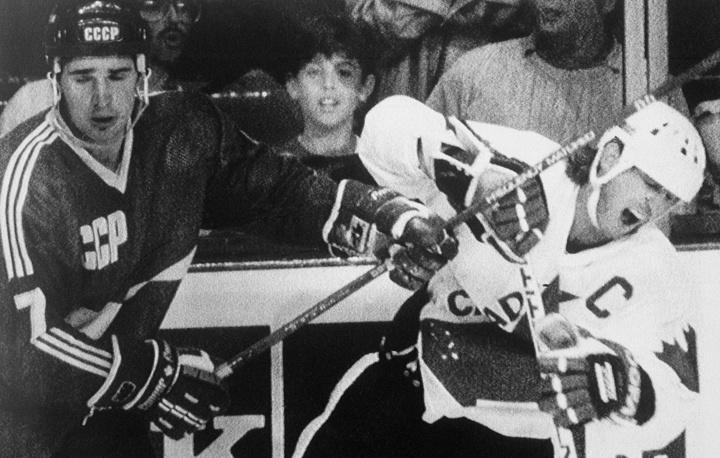 В 1987 г. финал Кубка Канады проводился в формате серии до двух побед. В первом матче сильнее оказались хоккеисты сборной СССР – 6:5, победную шайбу в овертайме забросил Александр Семак. Следующая встреча завершилась с тем же счетом, однако на этот раз во втором овертайме выиграли канадцы. В решающем, третьем, матче победу сборной Канады со счетом 6:5 за полторы минуты до конца игры принес Марио Лемье, забросивший шайбу после передачи Уэйна Гретцки