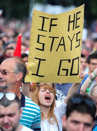 """По словам главы правительства, """"народ решает, кто будет у власти, а кто - в оппозиции"""". На фото: протестующие около здания правительства в Скопье"""