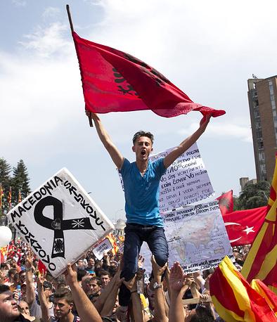 Состоявшаяся в воскресенье манифестация - не первый митинг с требованием отставки кабмина Македонии. 5 мая в ходе акции протеста перед зданием правительства пострадали 38 сотрудников полиции, из которых шестеро были госпитализированы. На фото: митингующие с албанскими и македонскими флагами