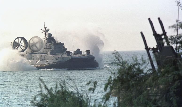 Высадка десанта на необорудованное морское побережье на полигоне Хмелевка в рамках крупномасштабных учений Балтийского флота