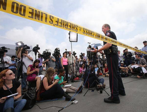 """Полицейский города Уэйко во время пресс-конференции у ресторана """"Твин Пикс"""""""