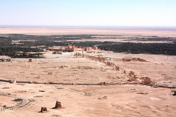 По преданию, Пальмира была основана еще библейским царем Соломоном. В настоящее время археологический памятник растянулся на несколько километров и представляет собой остатки десятков сооружений, считающихся образцами древнеримской архитектуры