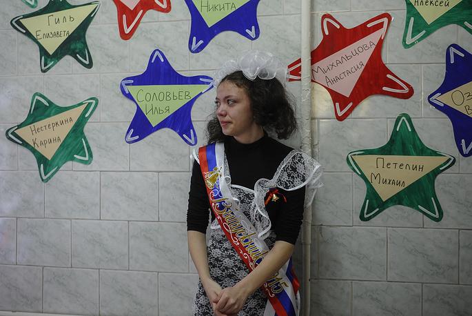 Выпускница школы №27 во время последнего звонка, Новосибирск