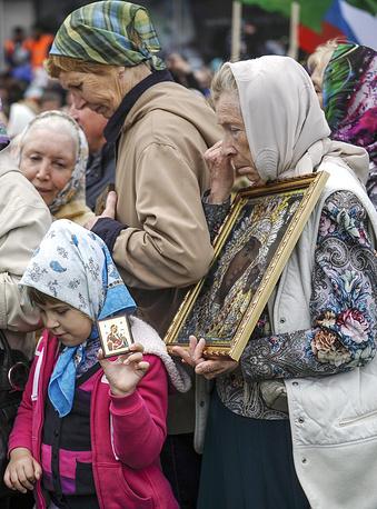 Во время крестного хода в честь святых равноапостольных Кирилла и Мефодия по Красному проспекту в Новосибирске
