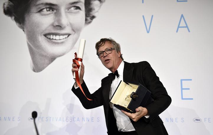 Актриса Руни Мара отсутствовала на церемонии закрытия фестиваля, поэтому премию за нее принимал режиссер Тодд Хейнс (на фото)
