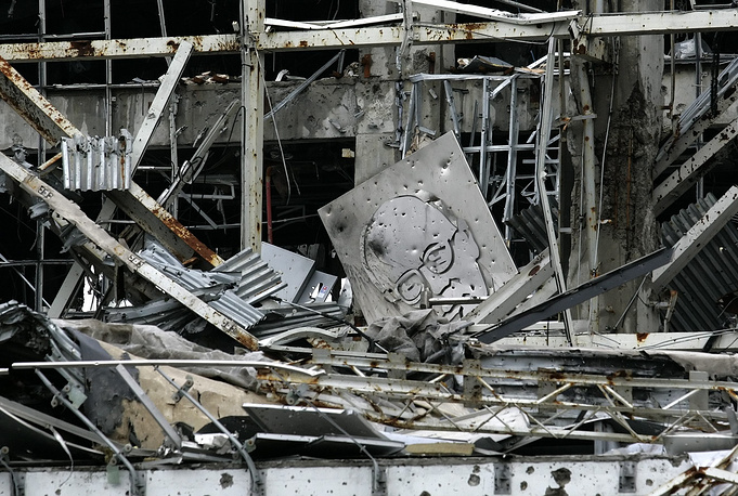 Киевские силовики неоднократно пытались вернуть контроль над территорией авиаузла. На фото: последствия боевых действий в терминале аэропорта Донецка