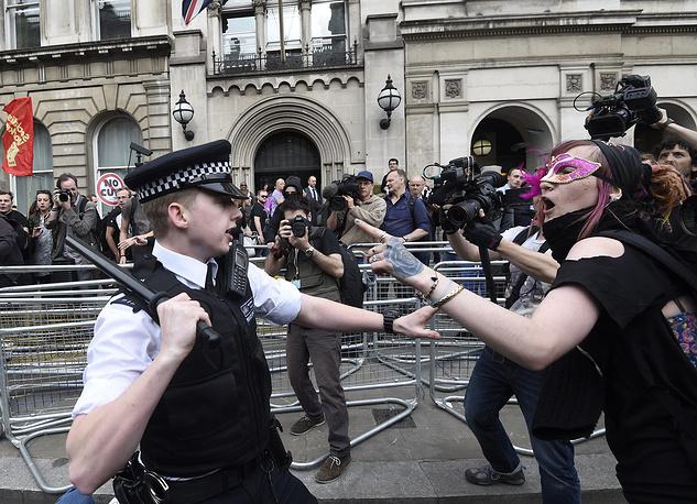 Около тысячи человек вышли на акцию протеста у британского парламента в центре Лондона, протестуя против мер жесткой экономии. Люди стали собираться у здания законодательного органа и у резиденции премьер-министра Дэвида Кэмерона после тронной речи королевы Елизаветы II