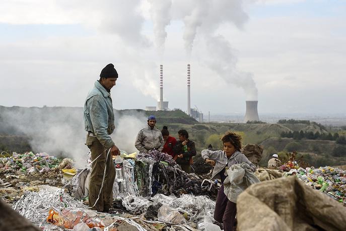"""Люди собирают пластиковые бутылки на свалке в городе Битола, Македония. ТЭЦ """"РЕК Битола"""" производит более 50% всей электроэнергии в стране, однако выбросы загрязняющих веществ в атмосферу превышают допустимый уровень"""