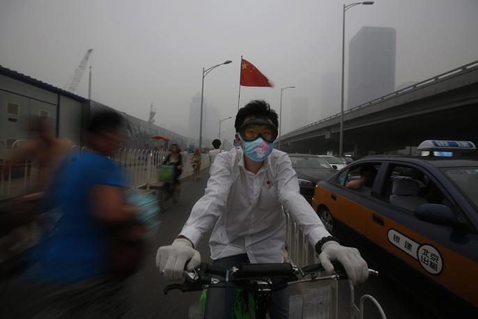 Смог в Пекине. Наибольшую опасность смог представляет для детей, пожилых людей и людей с пороками сердца и легких, больных бронхитом, астмой, эмфиземой