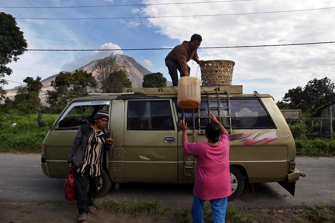 Вулкан находится на севере острова Суматра, в 60 км от города Медан