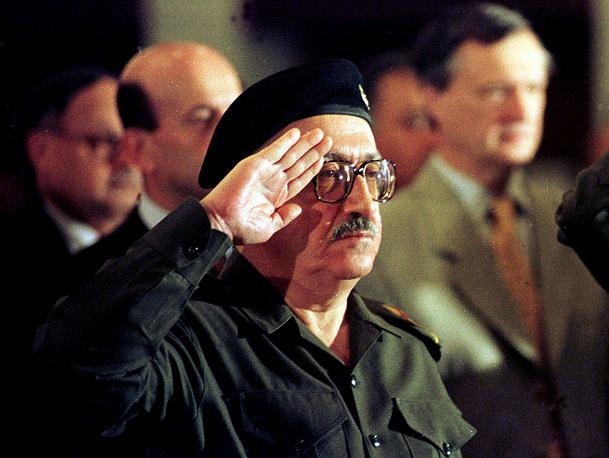 """5 апреля 2003 г. он добровольно сдался, после ареста находился в подконтрольной вооруженным силам США тюрьме """"Кэмп Кроппер"""" (на территории багдадского аэропорта), затем по состоянию здоровья был переведен в тюремный лазарет.  На фото: Тарик Азиз на конференции в Багдаде, 1998 год"""