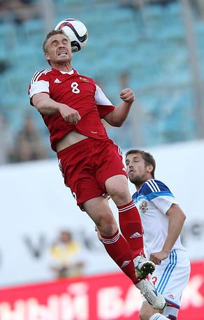 Игроки сборной Белоруссии Сергей Корниленко и сборной России Дмитрий Комбаров