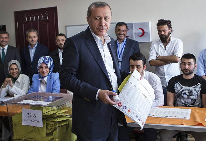 Впервые за 12 лет Партия справедливости и развития (ПСР), основателем которой является нынешний президент Турции Реджеп Тайип Эрдоган, не смогла набрать на парламентских выборах необходимое число голосов для того, чтобы сформировать однопартийное правительство. На фото: Эрдоган на избирательном участке