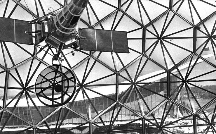 Основными достопримечательностями выставки в Монреале были советский  и американский павильоны. На фото: вид изнутри павильона США на советский павильон