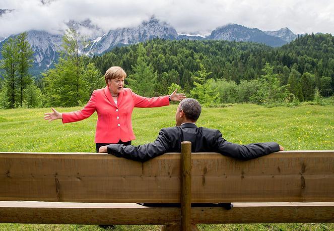 """Местные СМИ  предлагали """"семерке"""" купить какой-нибудь отдаленный остров в океане и проводить встречи там без антиглобалистов и астрономических трат на обеспечение безопасности. На фото: канцлер Германии Ангела Меркель и президент США Барак Обама на скамейке с видом на горный хребет Веттерштайн"""
