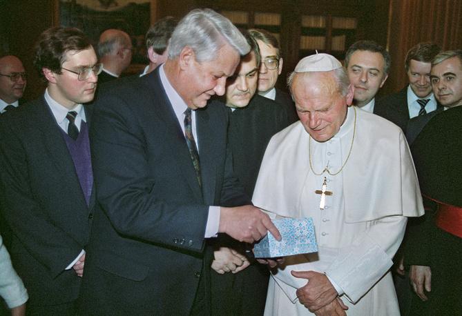 Первый президент России Борис Ельцин также дважды приезжал в Ватикан. Первая поездка состоялась 20 декабря 1991 г. еще до официального признания РФ со стороны Ватикана, вторая - 10 февраля 1998 г. На фото: Ельцин и Иоанн Павел II во время встречи, декабрь 1991 г.
