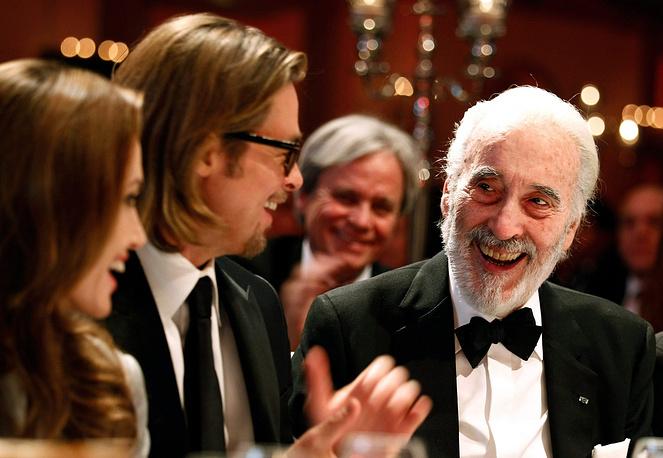 """Кристофер Ли, Брэд Питт и Анджелина Джоли на благотворительном вечере фонда """"Кино ради мира"""" в Берлине. 2012 год"""