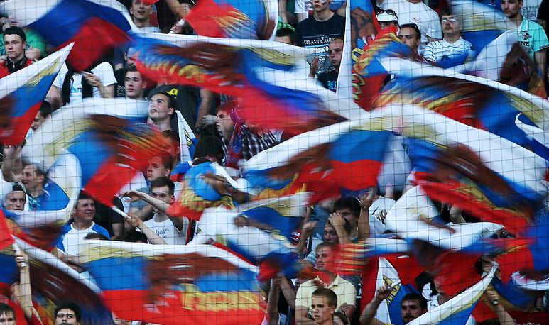 Болельщики сборной России во время матча с австрийцами