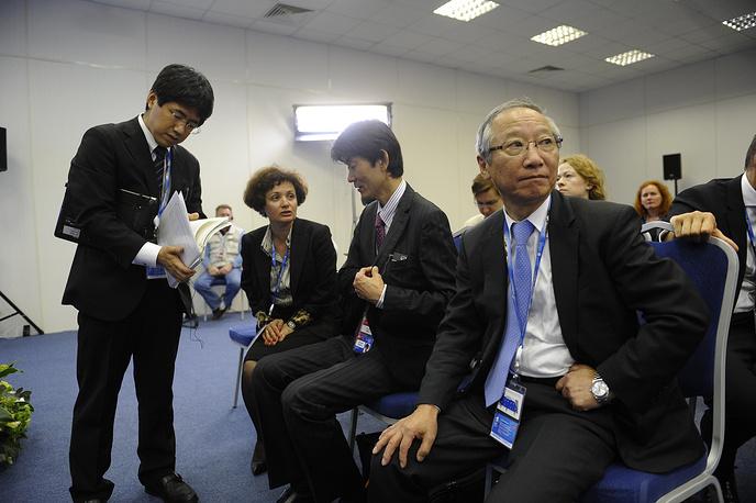 """Первый вице-президент """"Почта Японии"""" Сэйки Фукуда (справа) во время брифинга """"Системообразующие предприятия - как повысить эффективность"""""""