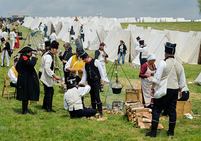 Территория исторической реконструкции разделена на зоны под французский, британский, прусский и голландский бивуаки