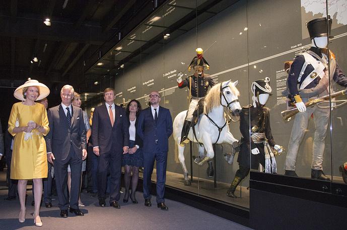 Король Бельгии Филипп (второй слева) с супругой королевой Матильдой, король Нидерландов Виллем-Александер (в центре) во время посещения музея в рамках мероприятий празднования 200-летия битвы при Ватерлоо