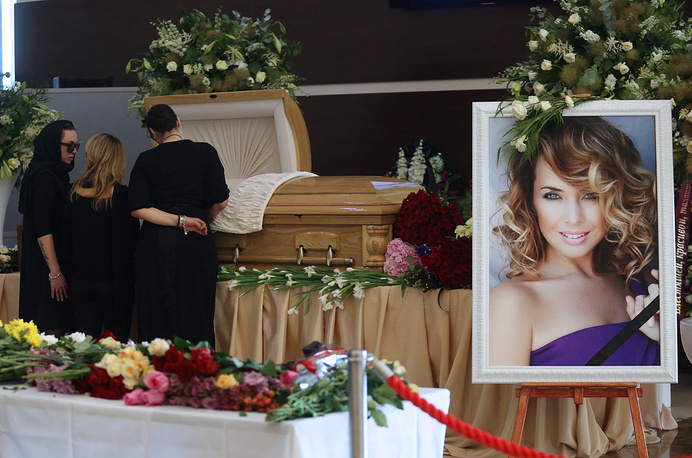 17 июня в Москве состоялось прощание с певицей и актрисой Жанной Фриске, которая скончалась 16 июня после продолжительной болезни. Церемония прощания длилась более шести часов, за это время с артисткой успели проститься несколько тысяч поклонников. 18 июня Фриске похоронили на Николо-Архангельском кладбище
