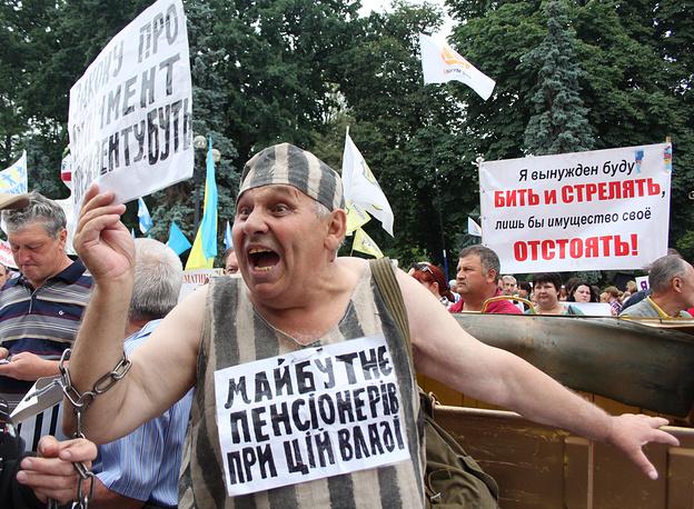 """16 июня активисты """"финансового майдана"""" перекрыли движение по улице Грушевского в Киеве, требуя встречи с премьером Арсением Яценюком. Митингующие заявляли, что будут добиваться того, чтобы виновные в крахе банковской системы сидели в тюрьме"""