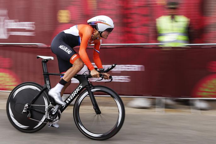 Представительница Нидерландов Элеонора Ван Дийк во время соревнований по велоспорту среди женщин