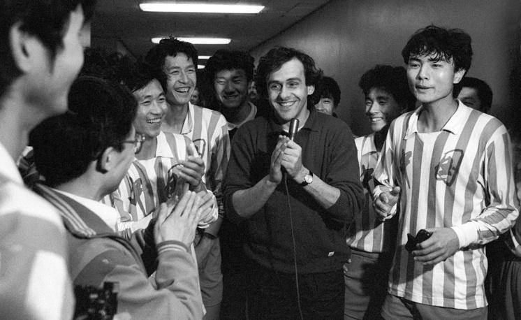 Мишель Платини (в центре) родился 21 июня 1955 года в городе Жеф. Окончил среднюю школу в 16 лет, после чего с согласия родителей принял решение не получать дальнейшего образования и сконцентрироваться на карьере футболиста