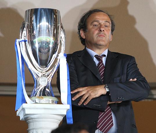 """Глава европейского футбола с Суперкубком УЕФА в 2008 году (петербургский """"Зенит"""" со счетом 2:1 обыграл """"Манчестер Юнайтед"""" и стал первым российским обладателем трофея)"""