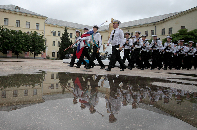 Торжественное прохождение курсантских рот и офицеров училища