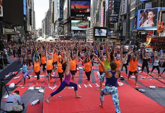 Занятия йогой на Таймс сквер в Нью-Йорке, США