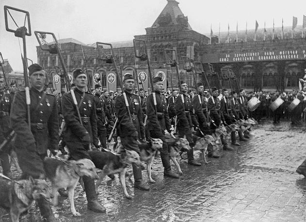 Саперы со служебными собаками проходят по Красной площади