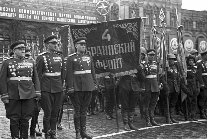 Сводный полк 4-го Украинского фронта. Слева - командующий фронтом Герой Советского Союза генерал армии А.И. Еременко