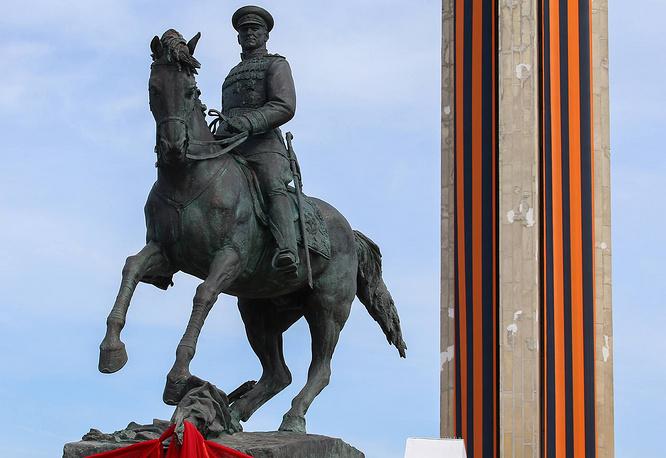 Памятник маршалу Советского Союза Георгию Жукову, установленный на площади Победы, Калуга