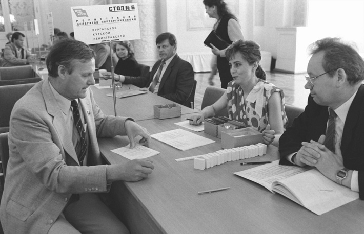 На съезд были избраны 4683 делегата. На фото: делегат от Ленинградской области Анатолий Собчак во время регистрации участников съезда